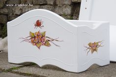 Az ágy mintájához és színéhez passzoló baldachin kerete (a tüll később került bele) - Anna névreszóló tömörfenyő indásvirágos-manós mintával festett fehér gyerekágy. Fotó azonosító: AGYANN24