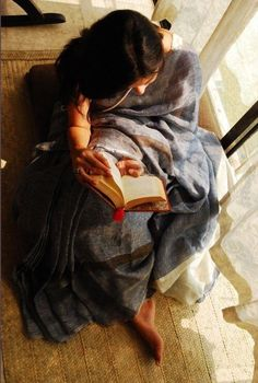 Woman reading in a linen sari designed by Anavila Mishra Portrait Photography Poses, Photography Poses Women, Dark Photography, Modelling Photography, Indian Photoshoot, Saree Photoshoot, Girl Reading Book, Woman Reading, Cute Girl Poses