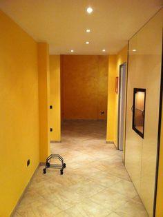 RESTYLING APPARTAMENTO A VERONA: Ingresso, Corridoio & Scale % in stile % {style} di {professional_name}