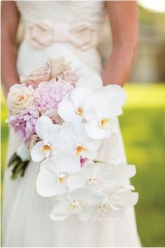Rosas y orquídeas en cascada. Cascadas florales para Bodas. Imagen: WebLuxe.