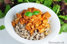 Výborné a na prípravu jednoduché kura na paprike s pohánkovými haluškami = chutný obed alebo večera bez lepku s vyšším obsahom bielkovín. Ingrediencie (na 2 porcie): 300g kuracích pŕs/stehien 1 cibuľa 1 PL mletej papriky 1 ČL kokosového oleja štipka morskej soli štipka mletého čierneho korenia 300g pohánkovej múky 150-200ml vody 1 ČL morskej soli […]