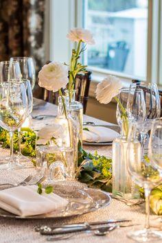 Frühlnghafte Tischdeko wirkt frisch und leicht. Ideen wie ihr eure Tischdeko bei einer Frühjahrs Hochzeit gestalten könnt gibts in der Galerie...