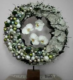 Christmas wreath on tripod - diy - straw wreath with many white poplar leaves, sempervivum, tillandsia xenografica, many Christmas balls and some orchids Funeral Arrangements, Christmas Arrangements, Flower Arrangements, Christmas Planters, Christmas Home, Christmas Crafts, Christmas Balls, Xmas Decorations, Flower Decorations