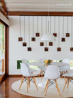 Casa incorpora árvore no deck e se beneficia de sua sombra. Retirado de Arquitetura & Construção
