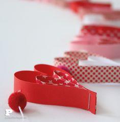 Ett enkelt och vackert pyssel med papper, en girland med hjärtan till alla hjärtans dag. Fun Easy Crafts, Fun Diy, Paper Hearts, White Christmas, Christmas Crafts, Diy For Kids, Kids And Parenting, Presenter, Garland