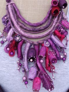 VENDU - Collier cuir, soie et perles magiques - Camaïeu de violet,mauve, grenat, pourpre, rose, parme et lilas