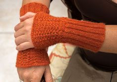 Instructions: Wrist warmers knitted very quickly – socken stricken Diy Shampoo, Wrist Warmers, Knit Or Crochet, Crochet Designs, Fingerless Gloves, Body Art, Knitting, Blog, Fashion