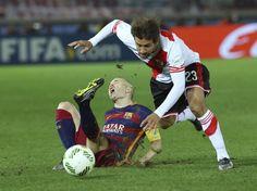 El jugador de River Plate Leonardo Ponzio hace falta a Iniesta, durante el partido.