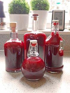 750 g Früchte (Waldfrüchte, TK) 500 g Puderzucker 100 ml Zitronensaft 250 ml Wasser 750 ml Wodka pürrieren, sieben, abfüllen, 1/2 Jahr haltbar Schnapps, Winter Drinks, Smoothie Recipes, Smoothies, Cocktails, Cocktail Drinks, Tr 4, Preserving Food, Hot Sauce Bottles