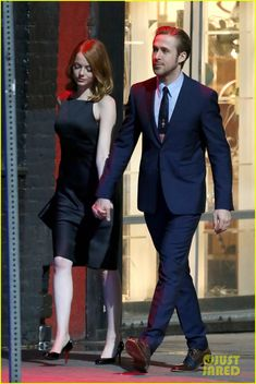 Emma Stone Flashes Her Infectious Smile on Set! | emma stone ryan gosling hold hands look so cute on set 05 - Photo