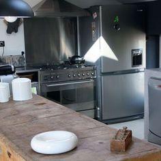 Une cuisine de bois et de béton