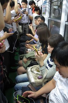 Em Seul, cidade com 10,6 milhões de habitantes, as pessoas enfrentam o metrô navegando em seus smartphones, com um dos acesso mais rápidos à internet de todo o mundo. No G1 Tecnologia, por Daniela Braun.