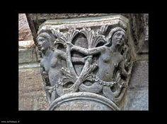 Capitello Romanico (XIsecolo) scolpito in pietra. Tale opera rappresenta delle sirene con due code, nel Medioevo questa rappresentazione era molto comune anche all'interno delle cattedrali romaniche,tanto che le sirene erano contenute anche nei Bestiari.