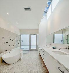 idée de déco de salle de bain avec de la faïence blanche