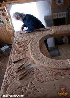 I've seen the ancient work of vikings in the stavkrikens, but it's even better to see the work in progress in modern days. Norsk Wood Works Norwegian Wood Carvers and Carving Woods. Wood Projects, Woodworking Projects, Learn Woodworking, Woodworking Plans, Woodworking Skills, Woodworking Techniques, Woodworking Furniture, Furniture Projects, Vikings