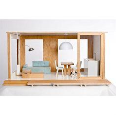 Smukt, nordisk og stilrent dukkehus - lige til at sætte i stuen. Det fine hus er i forholdet 1:6, hvilket gør at det passer perfekt til dukker på 30 cm, som f.eks. Barbie.Miniio er et moderne dukkehus, der er håndlavet af træ, metal, sten og andre moderne materialer, der ikke indeholder nogen former for kemikalier.Start med at bygge underetagen, der kommer fuldt møbleret. Der er et stort panorama vindue, der også gør det nemt for små hænder at lege inde i huset.Det lille sæt inkluderer:Sofa…