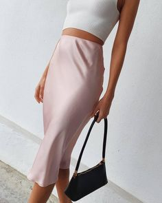 - Source by - Midi Skirt Outfit, Skirt Outfits, Classic Outfits, Cute Casual Outfits, Satin Midi Skirt, Cute Skirts, Mini Skirts, Look Chic, Aesthetic Clothes