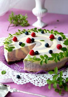 Valkosuklaa-marjaspiraali juustokakku