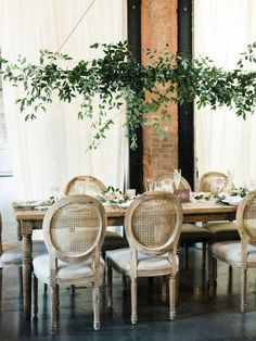 Elegant organic neutral wedding table decor: http://www.stylemepretty.com/2017/03/10/blending-organic-and-elegant-in-the-most-beautiful-of-ways/ Photography: Krista A. Jones - http://kristaajones.com/