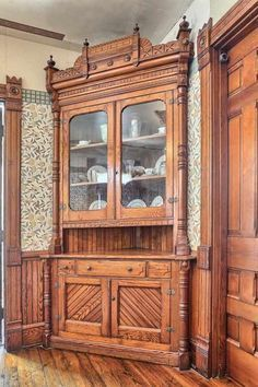 - Furniture Designs - 44 Modern Interior Ideas with Victorian House Style Trim ideas for bookcase. Victorian Houses For Sale, Victorian Style Homes, Victorian Interiors, Victorian Furniture, Victorian Design, Victorian Decor, Victorian Architecture, Vintage Interiors, Antique Furniture