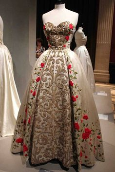 The fashion of the is exhibited at the Palais Galliera in Paris / summer 14 Vintage Gowns, Mode Vintage, Vintage Outfits, Old Dresses, Pretty Dresses, 1950s Fashion, Vintage Fashion, Edwardian Fashion, Fashion Goth