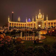 Halloween in Copenhagen! 🎃 🕸 O Tivoli é o segundo parque mais antigo do mundo, em datas comemorativas ele fica todo decorado, essa é a decoração que estava para Halloween, tive a oportunidade de visitar o parque também durante o natal a época mais linda na minha opinião! #KawalkinDenmark #Kawalk