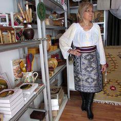 Costum popular romanesc format din fota de Muscel si ie lucrata manual Manual, Apron, Costumes, Popular, Fashion, Moda, Dress Up Clothes, Fashion Styles, Costume