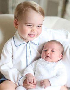 El príncipe George posa con su hermana