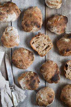 Surdejsboller - seje, sprøde og saftige! - Grødgrisen Baking Recipes, Real Food Recipes, Bread Bun, Healthy Cake, Bread Baking, Food Inspiration, Baked Goods, Food Porn, Food And Drink