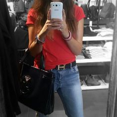 I don't miss the chance to take a pic :p My outfit of the day  boyfriend jeans &top Stradivarius/  Purse  Armani #fashion #style