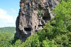 De grotwoningen van Montbrun; ca. 30 mysterieuze, uitgehouwen woningen en schuilplaatsen in vulkanische rotsen. Gratis en te voet bereikbaar.