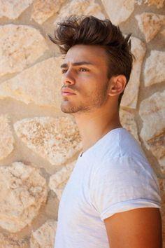 coiffure homme tendance, cheveux désordonnées avec du volume sur le dessus, t shirt blanc pour homme