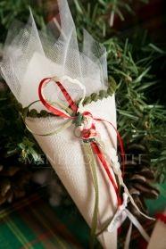 Μένη Ρογκότη - Χριστουγεννιάτικη μπομπονιέρα βάπτισης για αγόρι και κορίτσι χωνάκια γάζας εκρού με Αγιο Βασίλη και ταρανδούλη
