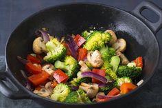 """""""Wokken"""" ist einfach super praktisch - weil das Gemüse nur ganz kurz gart. So kommt es knackig und randvoll mit Vitaminen auf den Teller."""