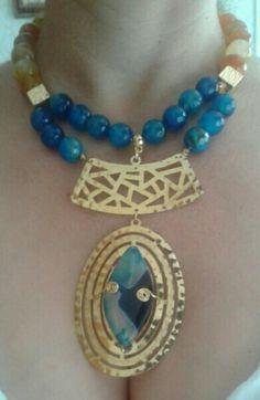 Hermoso collar de ágata azules y amarillo con herrajes  conbaño de oro. De Faregaccesorios.