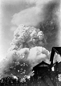The day Hiroshima was reduced to dust. A rare photograph taken at the exact moment of detonation by a local In the image, Yoshito Matsushige had just overcome a kilometer zero point where the Hiroshima bomb was released at exactly 8:15 that morning of August, when he saw a bright Flash in the sky and felt the first wave of impact. Immediately, he looked up and saw a huge mushroom of smoke and heat skyrocketing.