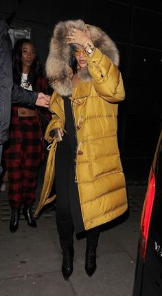 Rihanna in the Puffer Coat for Winter - Vogue Looks Rihanna, Rihanna Style, Rihanna Fashion, Celebrities Fashion, Rihanna Outfits, Rihanna Photos, Winter Looks, Fall Winter, Winter Wear