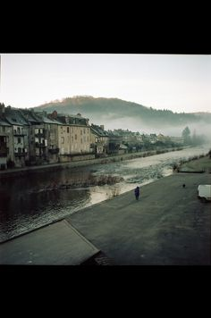 rivier door de stad Black seasons - Part seven on Behance