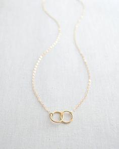 Twee elkaar grijpende gouden cirkels maken een eenvoudige en klassieke uitstraling. Elke cirkel meet ongeveer 3/8 inch en hangt aan een keten van 17 inch. Alleen verkrijgbaar in goud.  Charme: 14k goud verguld 17 inch keten materialen: 14k goud gevuld  Uw aankoop wordt geleverd in een mooie glanzende zilveren verijdelde doos die is klaar om te geven als een geschenk of om voor jezelf te houden.  Zorg dat u een moment om te controleren van de rest van de Olive Yew sieraden lijn te nemen…