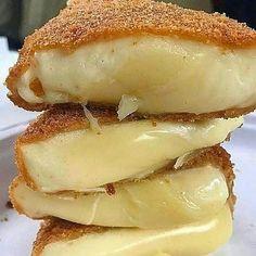 Queijo assado Lowcarb  Receita  Ingredientes: 400g de queijo muçarela picado 2 ovos batidos  Para empanar: 👉Passe na Farinha de coco 👉Passe nos ovos batidos 👉Passe na Farinha de linhaça Modo de preparo  Asse em forno pré aquecido baixo. Pode untar a forma com azeite ou usar papel manteiga. Asse por 8 minutos dos dois lados até ficar douradinho . . . . . . . .  #lowcarb #lowcarbbrasil #lowcarbdiet #foconadieta #dietalowcarb #dietalowcarbbrasil  #foco #receitasfit #receitaslowcarb #cozinhafit # Low Carb Recipes, Cooking Recipes, Menu Dieta, Queso Mozzarella, Light Recipes, Pain, Finger Foods, Healthy Snacks, Food And Drink