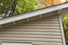 Learn how to build a shed roof with overhang. This article will teach you how to frame and make different types of overhang - gable (rack) and eave. Lean To Roof, Lean To Shed, Quick Square, Building A Shed Roof, Roof Sheathing, Fascia Board, Roof Overhang, Gable Roof, Gambrel