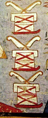 Cofres Meret-Eran cuatro cestos o cajas trapezoidales, rectangulares o cónicos, de uso ceremonial adornados con cuatro plumas de avestruz cada uno (aunque en la iconografía pueden aparecer con dos y con tres). Están envueltos con lo que parecen ser vendas de lino ya que mitológicamente contenían los lienzos o la ropa de diferentes colores que Isis, había empleado para la momificación de su compañero. Mediante éstos había logrado unir el cuerpo del dios cuando el hermano de ambos, el dios…