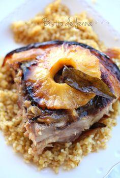 Rouelle de porc caramélisé à l'ananas INGREDIENTS: (pour 4-6 personnes) 1 rouelle de porc de environ 1,5 kg 2 gros oignons doux 3 gousses d'ail 4 feuilles de sauge ou feuilles de curry 2 cm de gingembre frais râpé 1 CS de sauce Teriyaki 1 CS de sauce...