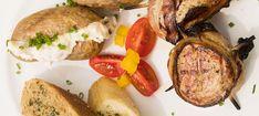 Zutaten: 0,5 kg efef-Schweinslungenbraten  20 Scheiben Jausenspeck  Salz, Pfeffer  Erdäpfel nach Belieben  100 g Schinken  100 g Käse  1 Pkg. Jogonaise  1 Becher Crème fraîche mit Kräutern  Salz, Pfeffer, Petersilie (frisch oder TK)  Schaschlikspießchen  Mehr dazu auf adeg.at Kraut, Baked Potato, Bbq, Pork, Potatoes, Baking, Ethnic Recipes, Ham And Cheese, Parsley