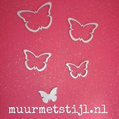 De houten vlinders van het merk Wallter geplakt op een roze glitterwand. De muurdecoratie heeft een handig 3M plaklaagje. Leuk idee voor in de babykamer.
