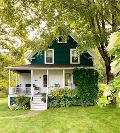 This sweet little cottage just makes us happy 😊 Photo: Cottage Living, Cottage Homes, Cottage Style, Farmhouse Style, Cute House, Dream House Exterior, House Goals, My Dream Home, Old Houses