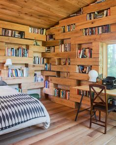 A sleek, modern cabin in upstate New York designed by Studio Padron. New York Library, Cabin In The Woods, Upstate New York, Secret Rooms, Library Design, Tiny House Design, Maine House, Bookshelves, Tiny House Living