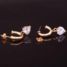 Brinco banho de ouro base argola cano redondo com strass coração. Clique na imagem para comprar.