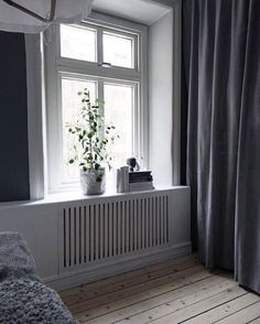 DIY a radiator cover. interieur vensterbank 11 space-saving ways to display houseplants New Living Room, Home And Living, Diy Interior, Interior Decorating, Diy Radiator Cover, Home Radiators, Baseboard Heater Covers, Narrow Rooms, Compact Living