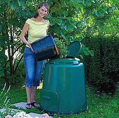 Compostvat met bovenop een deksel voor uw GFT-afval. Tevens bevat de deksel een extra beluchtingsluik. Onderin zit een klep waardoor u makkelijk bij de compost kan. Het vat heeft beluchtingsgaten bij de deksel en in de zijkant van het vat voor de juiste luchtcirculatie. Deze compostvat wordt geleverd met grondplaat waardoor het vat op een onder grond van hout of steen kan staan.